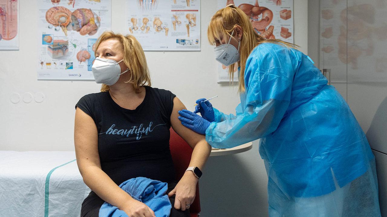 Očkování proti koronaviru v Česku pořád čeká na oficiální propagační kampaň.