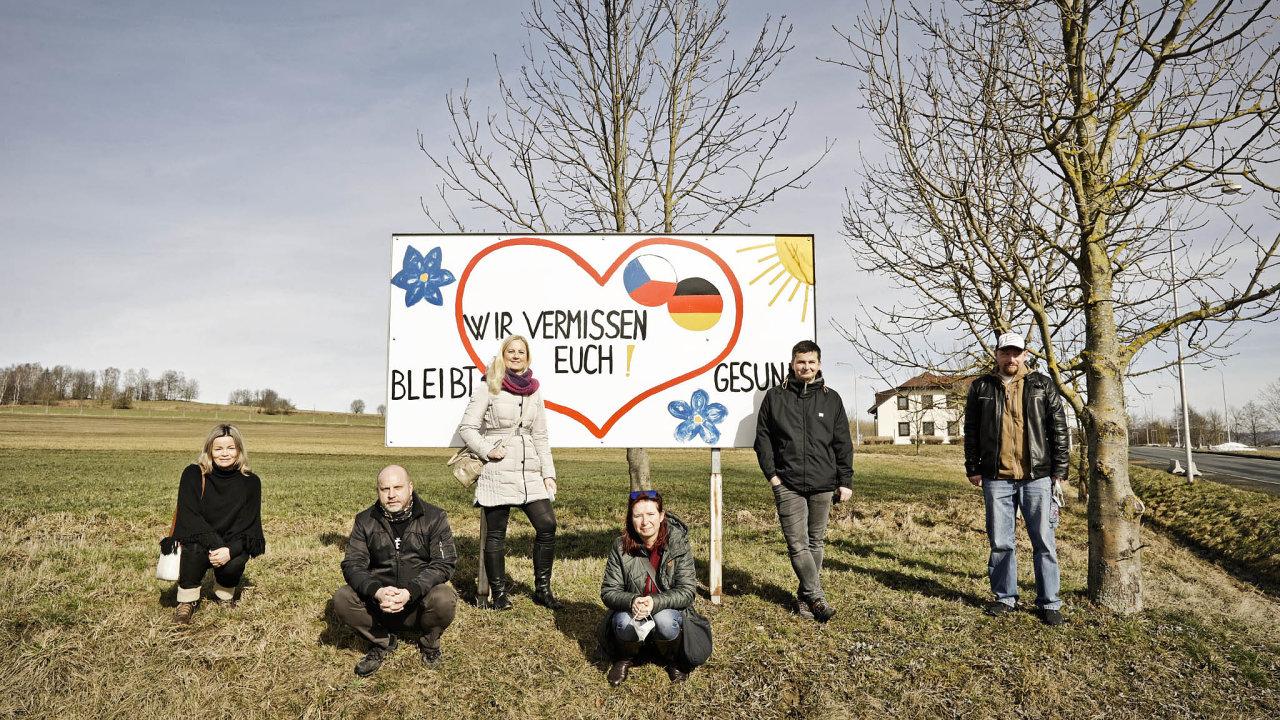 Vdobě jarní vlny koronavirové epidemie, kdy hranice uzavřela česká vláda, nechali lidé zeVšerub sousedům vzkaz.
