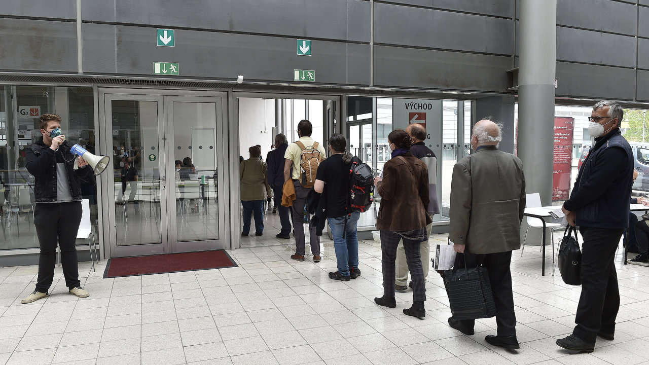 Lidé čekají na očkování proti koronaviru 5. května 2021 ve velkokapacitním centru na brněnském výstavišti.