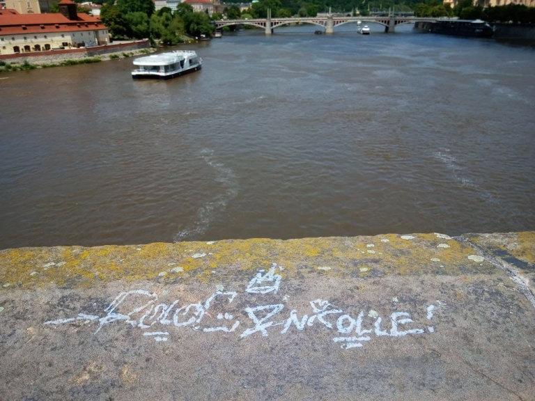 Praha, Karlův most, sprej, vandal