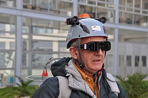 Přilba s brýlemi a vmontovanou kamerou snímá předměty v nejbližším okolí a zvuk