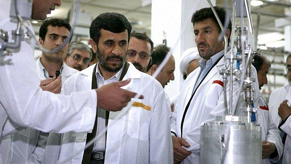 Mahmúd Ahmadínežád při prohlídce jaderného zařízení v Natanzu v roce 2008