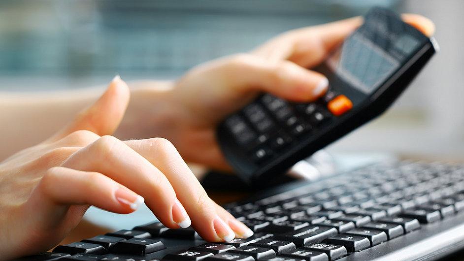 Počítač, klávesnice, kalkulačka. Ilustrační foto