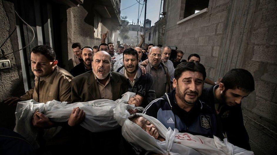 Vítězný snímek palestinské rodiny se dvěma dětmi, které zabil izraelský raketový útok.