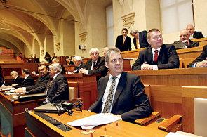 Senátoři (v popředí Jiří Diensbier z ČSSD) odmítli možnost daňového zvýhodnění investičních fondů. (Ilustrační foto)