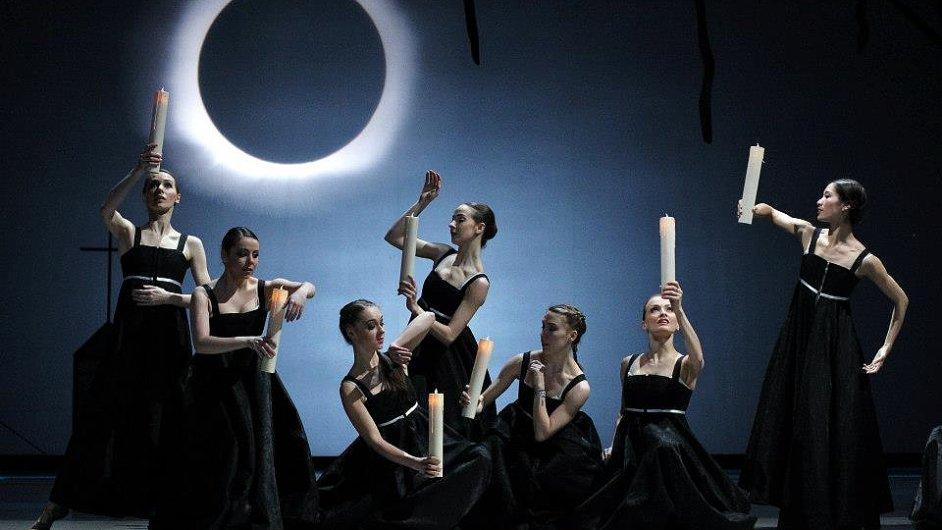 Balet je v Čarodějově učni jen součástí velké divadelní podívané, která dokáže strhnout.