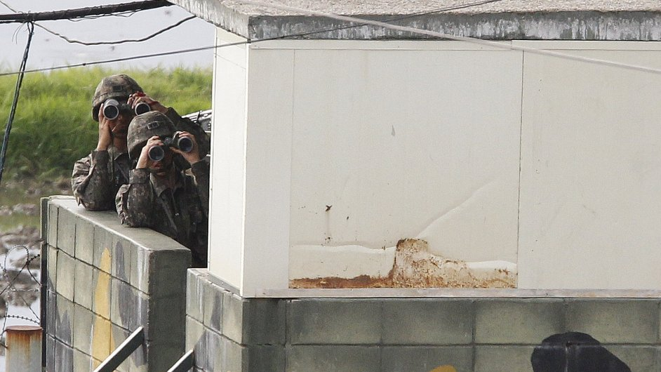Vojáci KLDR kontrolují hranici s Jižní Koreou.