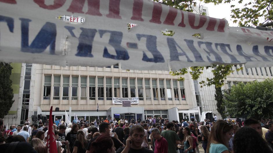Demonstranti před budovou státní televize ERT v Aténách v červnu.
