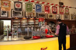 Salzburgem po stopách piva. V klášterním pivovaru si hosté myjí tupláky ve fontáně