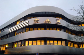 Téma  Adidas - Marketing   Media 6d120c421a