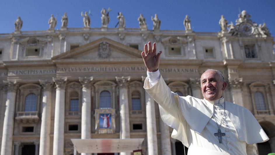 Papež František mává lidem po beatifikačním ceremoniálu bývalého papeže Pavla VI.