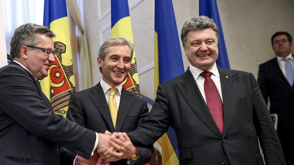 Moldavský premiér Iurie Leanca (uprostřed) spolu s prezidenty Polska a Ukrajiny.