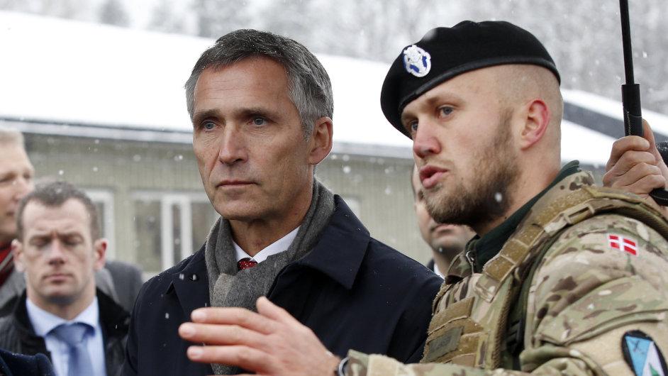 Generální tajemník NATO Jens Stoltenberg s dánským vojákem