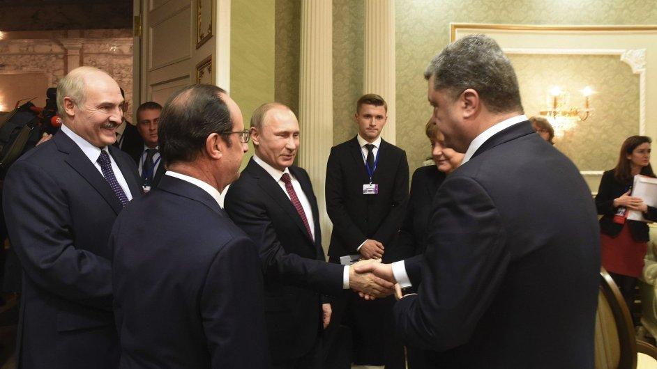 Vladimir Putin a Petro Porošenko si potřásli rukou.