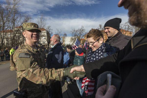 Američtí vojáci se vítali s českými příznivci už v pondělí.