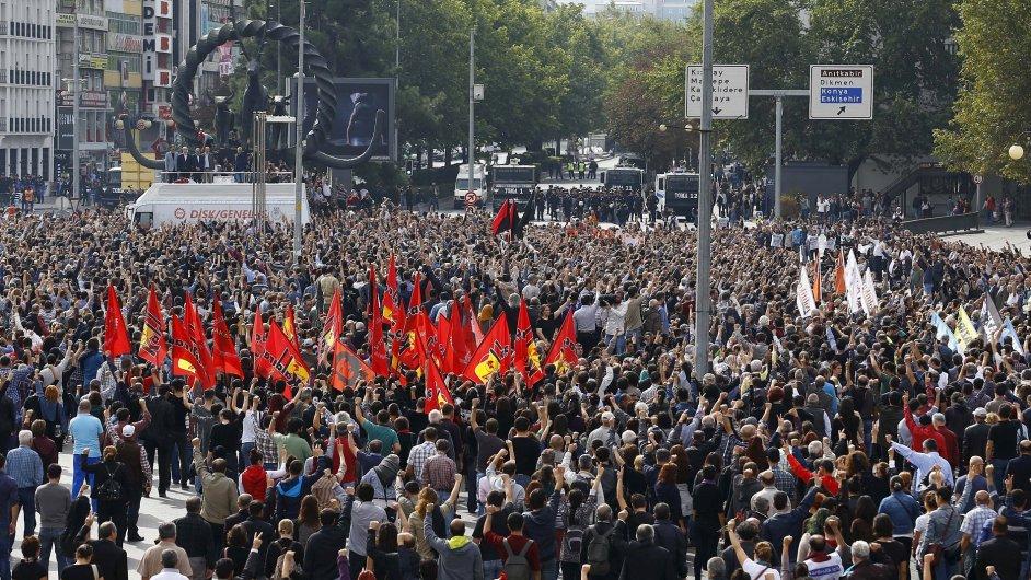 Lidé se shromáždili, aby uctili památku obětí výbuchu v Ankaře.