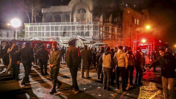 D�m stoupal ze sa�dskoarabsk� ambas�dy v Teher�nu, do kter� vnikl dav protestuj�c� proti poprav� duchovn�ho.
