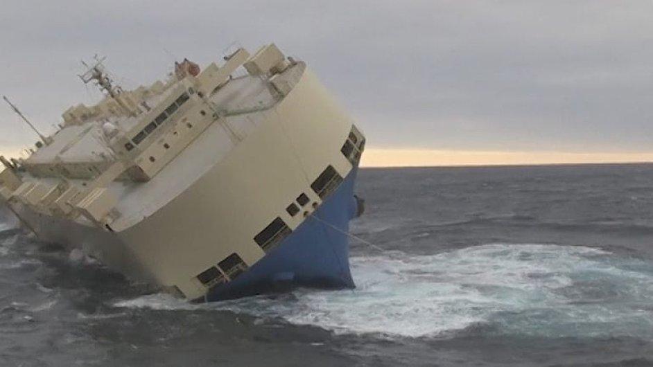 Nakloněnou loď plnou dřeva, strojů a ropy unáší proud v Atlantickém oceánu.