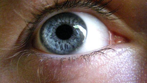 Nevidom� z barcelonsk� kliniky po �sp�n� operaci vid� siluety a rozpozn�vaj� osoby. - Ilustra�n� foto.