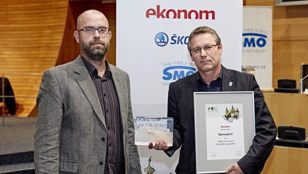 Varnsdorf se stal m�stem pro byznys �steck�ho kraje. Cenu si p�evzal starosta Stanislav Hor��ek (vpravo).