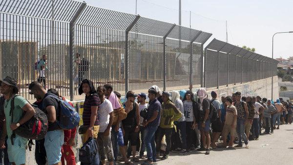 Uprchl�ci proud�c� k evropsk�m hranic�m - Ilustra�n� foto.