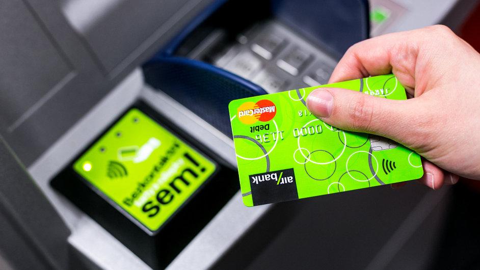 Air Bank postavila bezkontaktní bankomaty.