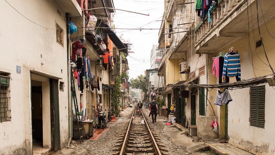 Ulice v Hanoji bývají velmi rušné. V jedné z nich je však klid. Místo aut a motorek tam jednou začas projede vlak.