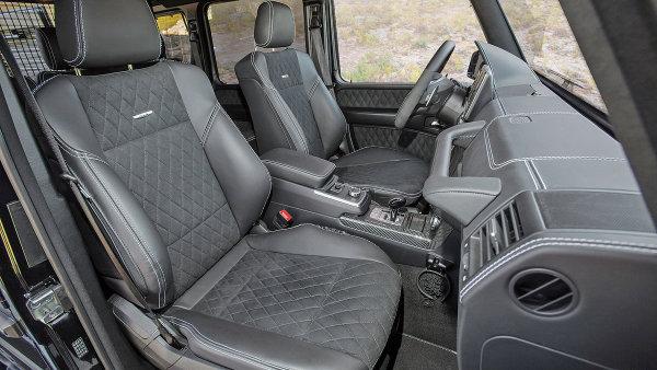 Do kabiny vozu se šplhá jako na myslivecký posed. Světlá výška je 438 milimetrů.