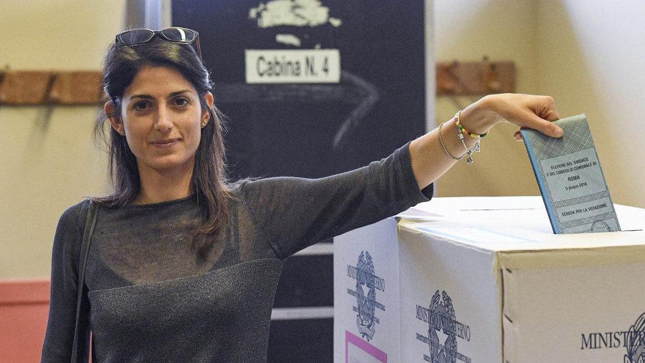 Italská právnička Virginia Raggiová v neděli vyhrála první kolo voleb římského starosty