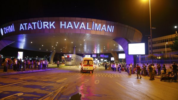 Na leti�t� v Istanbulu za�to�ili nejm�n� dva atent�tn�ci. Exploze si vy��daly des�tky mrtv�ch a zran�n�ch