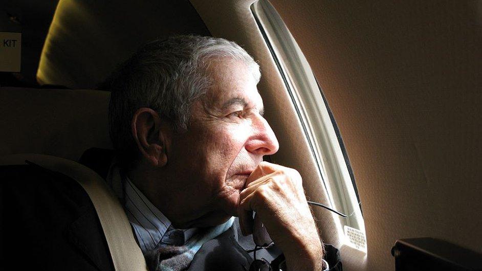 Tento snímek Leonarda Cohena v letadle zveřejnila jeho spolupracovnice Sharon Robinsonová. Ta 11. září vystoupí v pražském Divadle Archa.