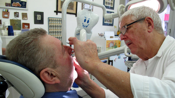 Nadstandardní péče. V Česku si již, podobně jako v zahraničí, zubařskou péči platí pacient přímo.