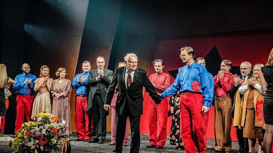 Snímek ze sobotní premiéry hry Vítězný únor v Klicperově divadle.