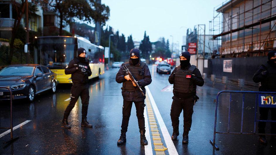 Policie při zásahu po útocích v Istanbulu.