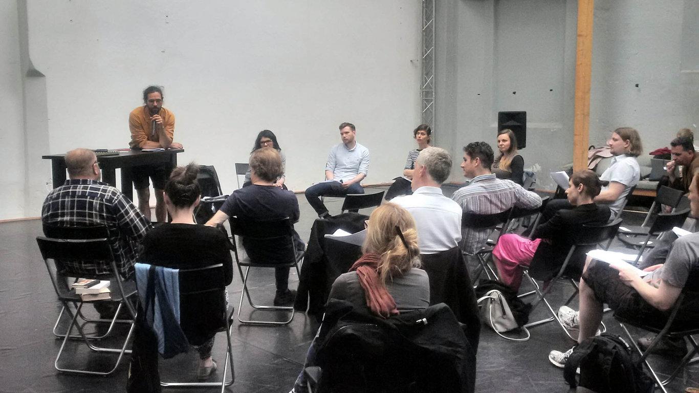 Na snímku z nedělní debaty ve Studiu Alta s mikrofonem je ředitel Českého literárního centra Ondřej Buddeus.