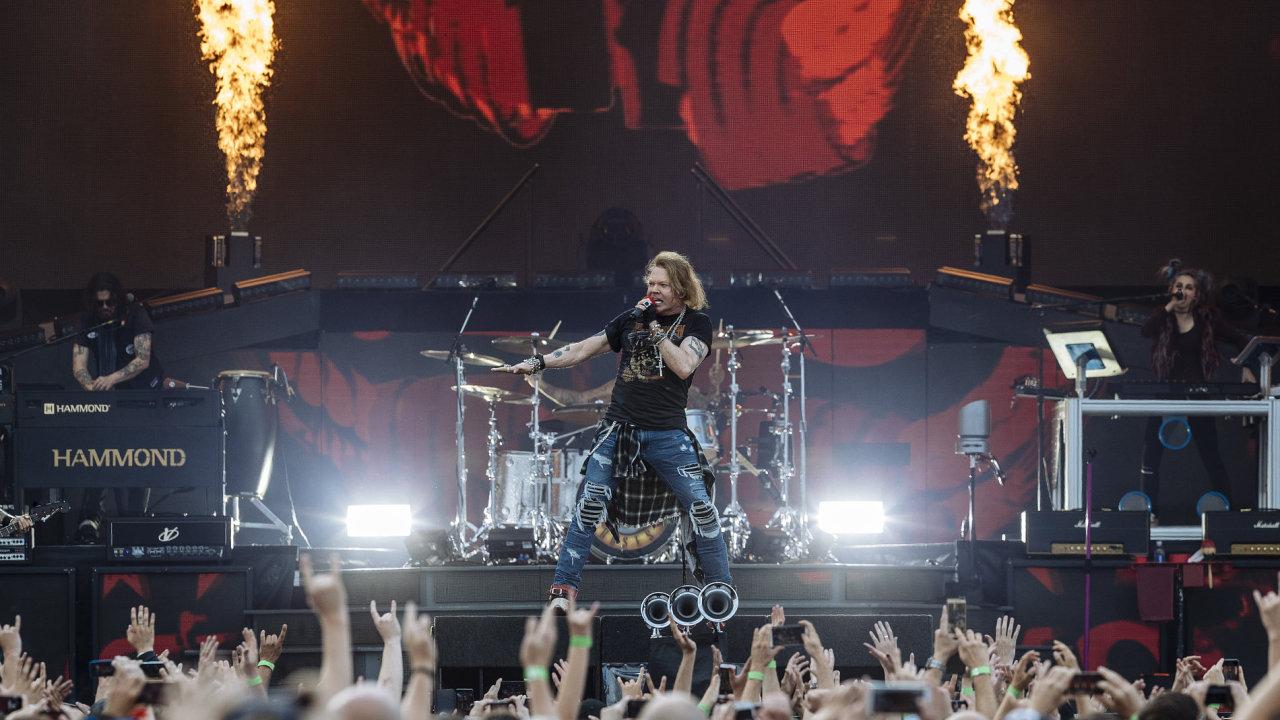 Snímek z úterního koncertu Guns N Roses v pražských Letňanech.