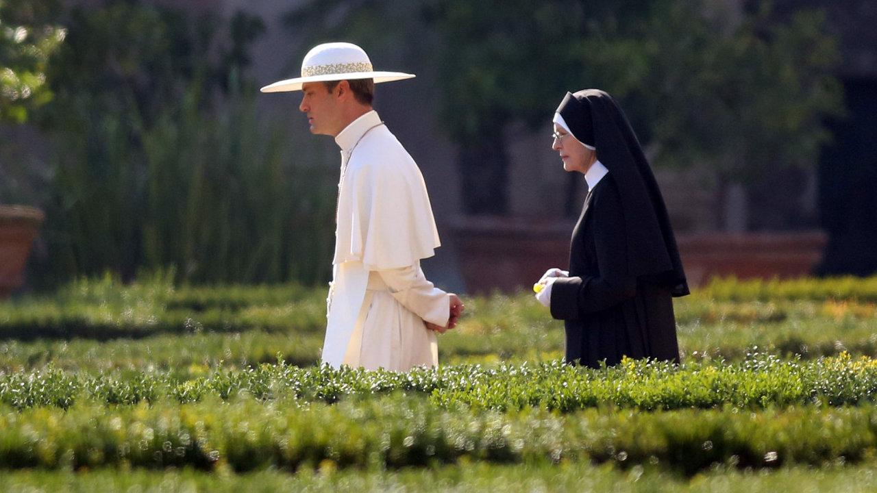 Na snímku z natáčení Sorrentinova seriálu Mladý papež jsou herci Jude Law a Diane Keatonová.