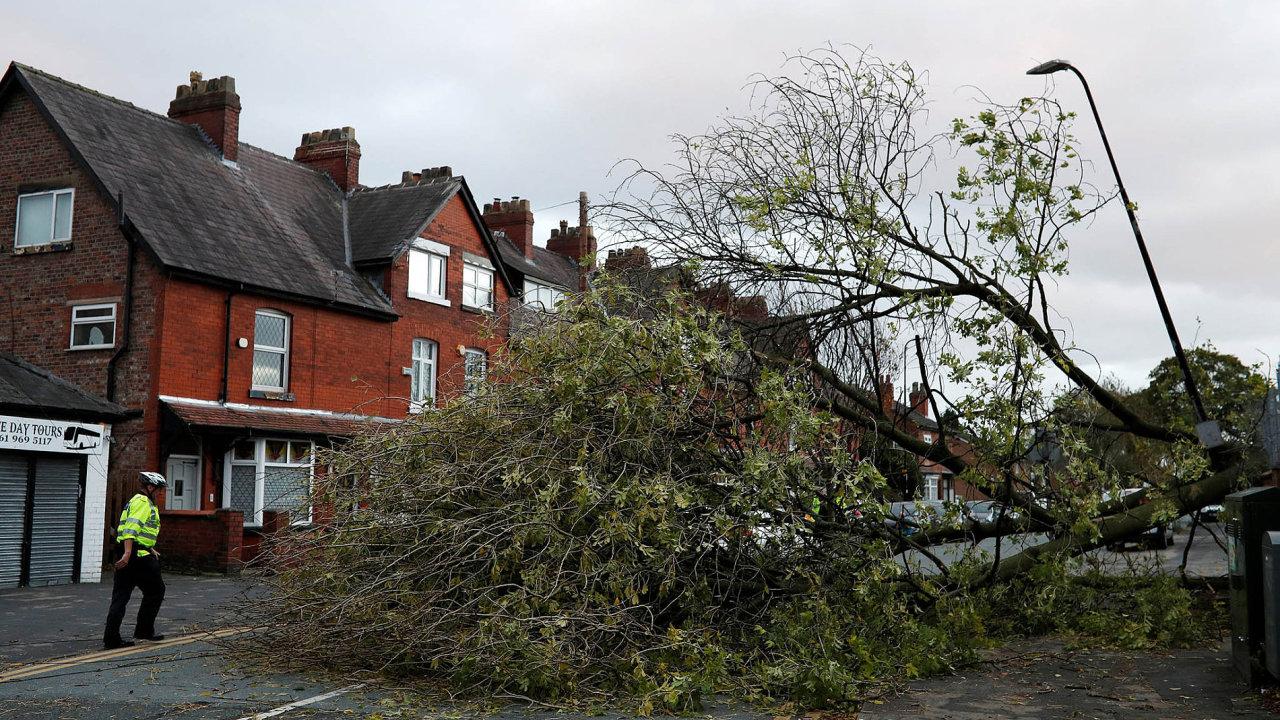 Bouře Ophelia, která vpondělí dorazila kbritským ostrovům, již zasáhla plnou silou Irsko.