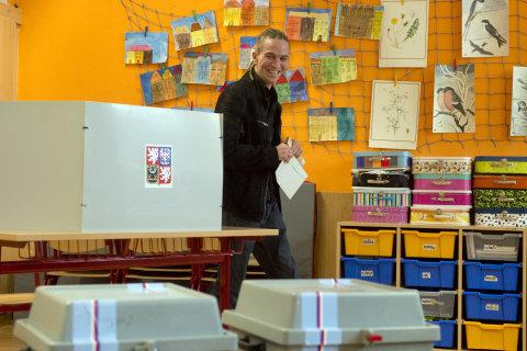 Předseda Pirátů Ivan Bartoš odevzdal svůj volební ístek 20. října v Praze.