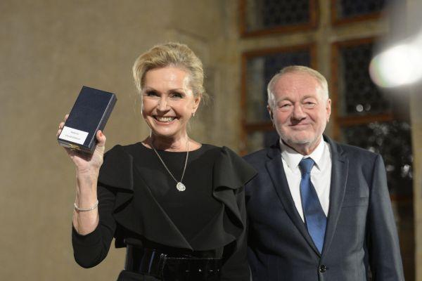 Zpěvačka Helena Vondráčková a herec Luděk Sobota, kteří převzali od prezidenta Miloše Zemana medaili za zásluhy při slavnostním ceremoniálu udílení státních vyznamenání