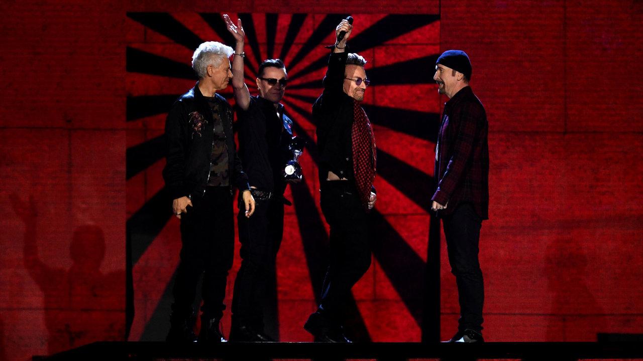 Na snímku z předávání cen MTV Europe Music Awards začátkem tohoto měsíce v Londýně jsou členové irských U2.