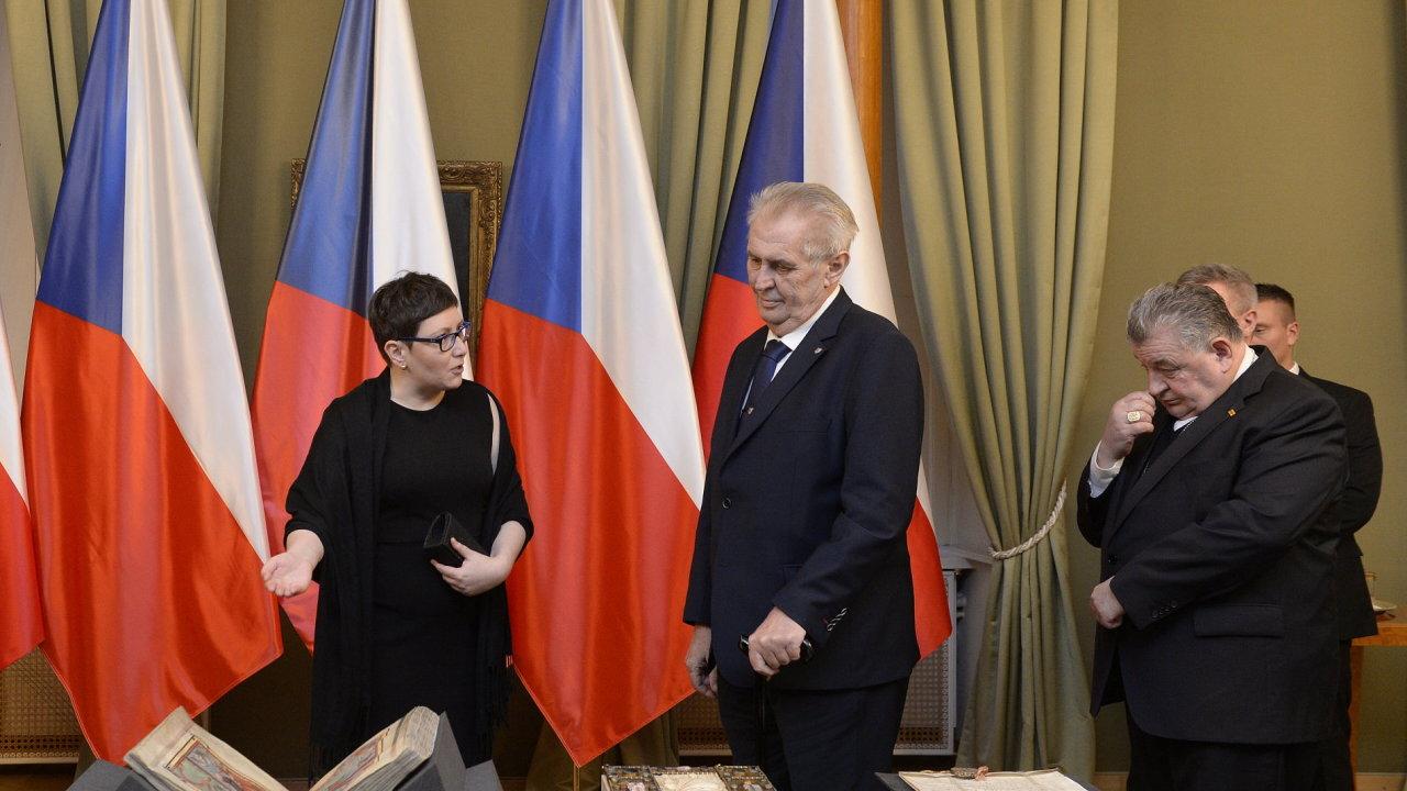 Prezident Miloš Zeman (uprostřed) a kardinál Dominik Duka (vpravo) zahájili 9. ledna v Praze výstavu ke 100 letům od vzniku Československa s názvem V základech státnosti.