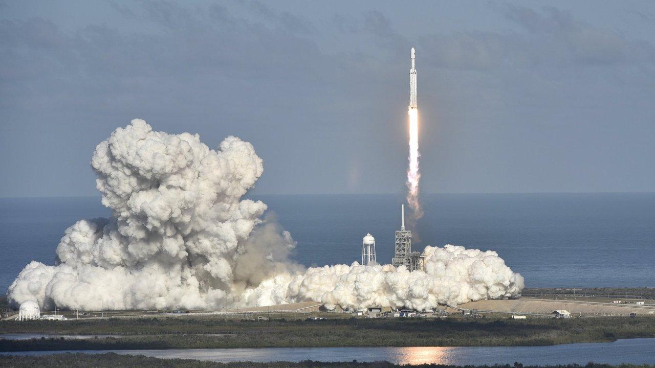 Falcon Heavy společnosti SpaceX Elona Muska odstartoval z Floridy ke Slunci. První raketové fáze se dokázaly úspěšně odpojit od rakety a přistát zpět na povrchu Země.