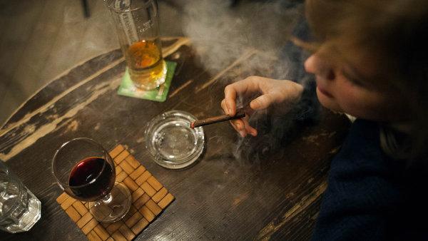 Zákaz kouření v restauracích bude nadále platit.