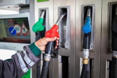 Loni touto dobou tankovali motoristé benzin zhruba o 40 haléřů dráž, za litr nafty se platilo o padesátník více.