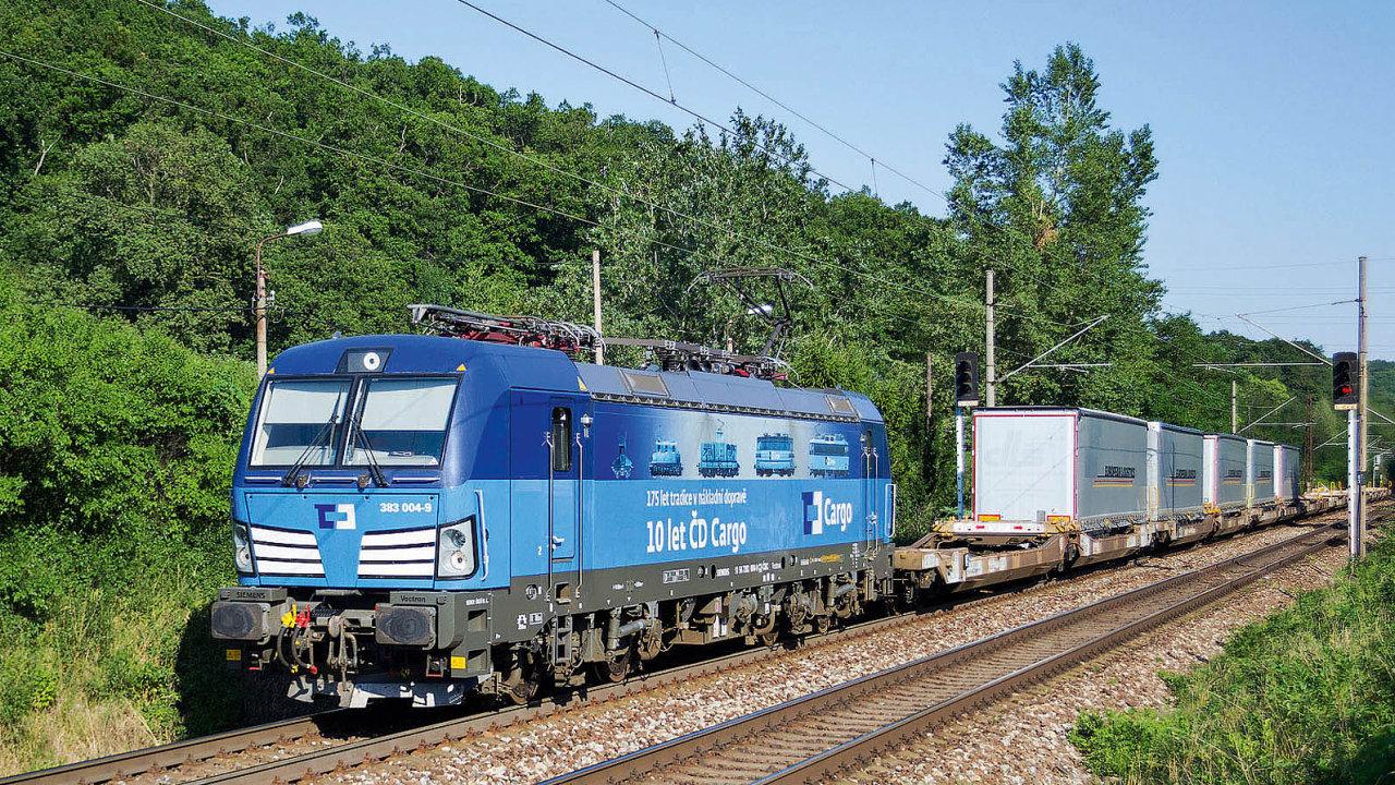 Intermodální vlak veze návěsy v kapsových vozech.