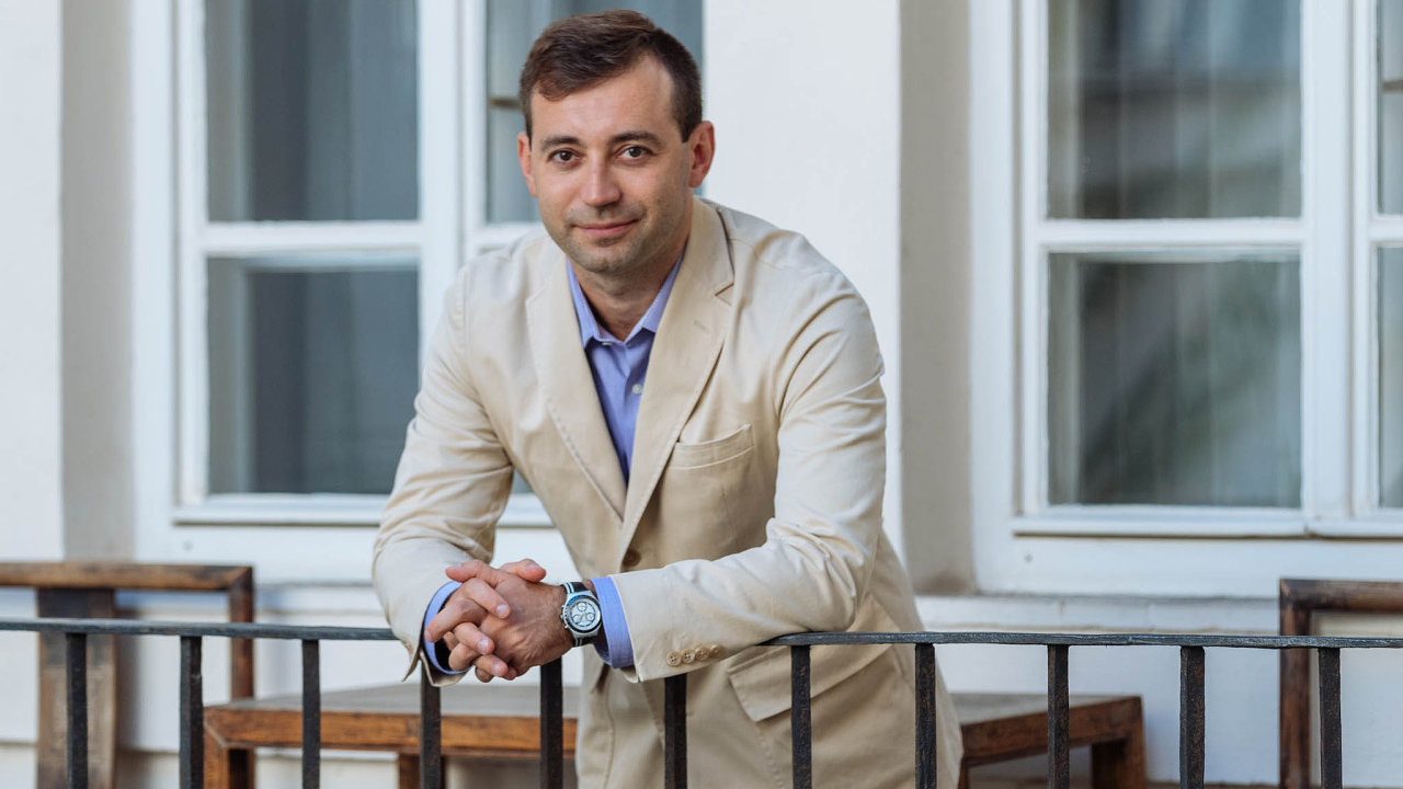 """""""Rusko ovládá úzká skupina osob, které spojuje zkušenost sKGB aorganizovaným zločinem. Kdispozici mají obrovské finanční prostředky,"""" říká Ilja Zaslavskij."""