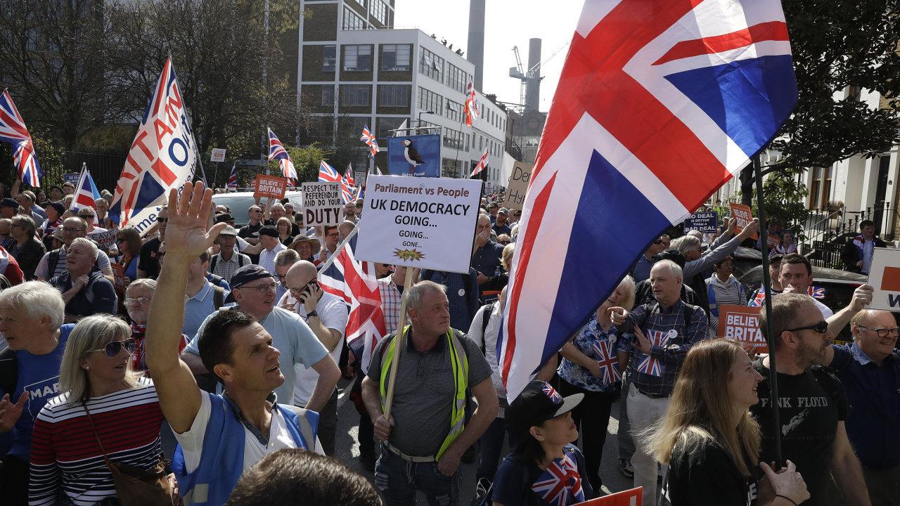 """Podporovatelé brexitu svolali na páteční dopoledne """"Pochod za odchod"""", který se uskutečnil v blízkosti britského parlamentu v Londýně."""