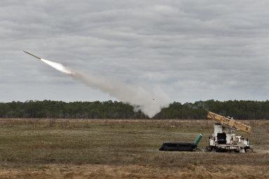 Úspěšné odpálení rakety Stinger firmy Raytheon z nové odpalovací plošiny americkou armádou.