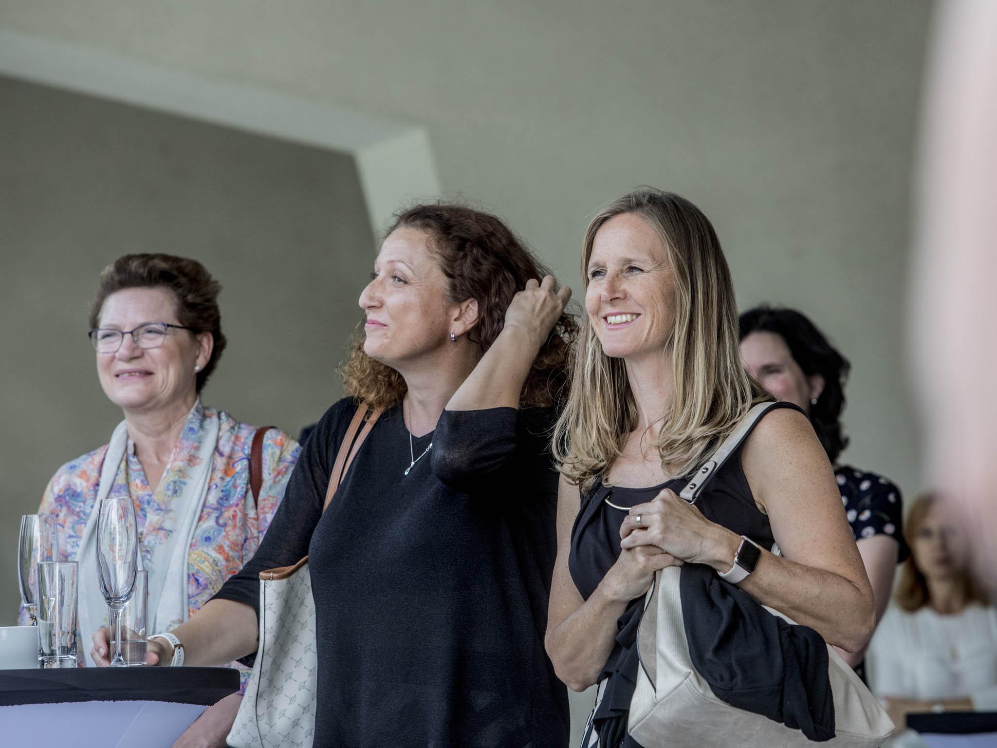 Návštěva vČT. V klubu top žen jsou i (zleva) Šárka Litvinová, majitelka společnosti Asiana, Jana Boštíková, partnerka Mazars, aMartina Kučerová ztéže firmy.